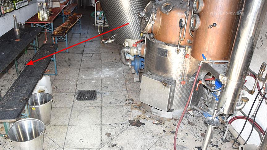 Die Biergartengarnitur gegenüber ist oberflächlich verbrannt.