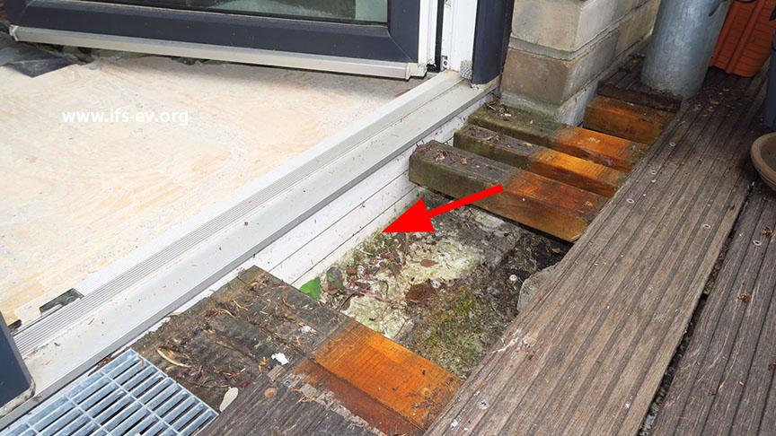 Auf dem Balkon wird die Abdichtung zur Tür geprüft.